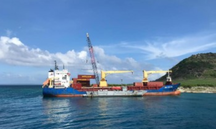 Navy of the Dominican Republic refloats grounded cargo vessel